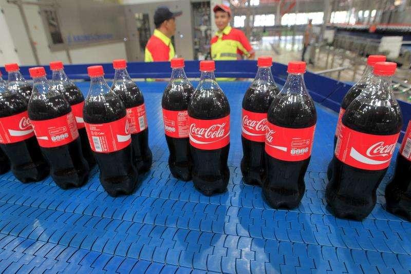 Trabajadores en una planta de Coca-Cola. EFE/Archivo