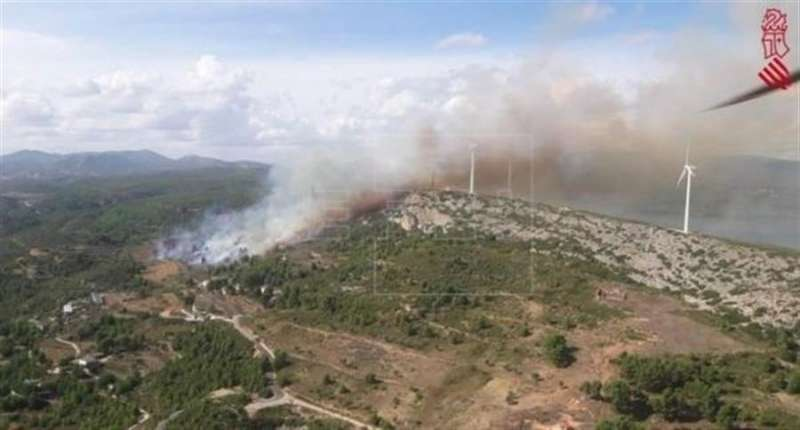 Foto cedida por Emergencias de la Generalitat del incendio forestal de Buñol junto a un parque eólico.
