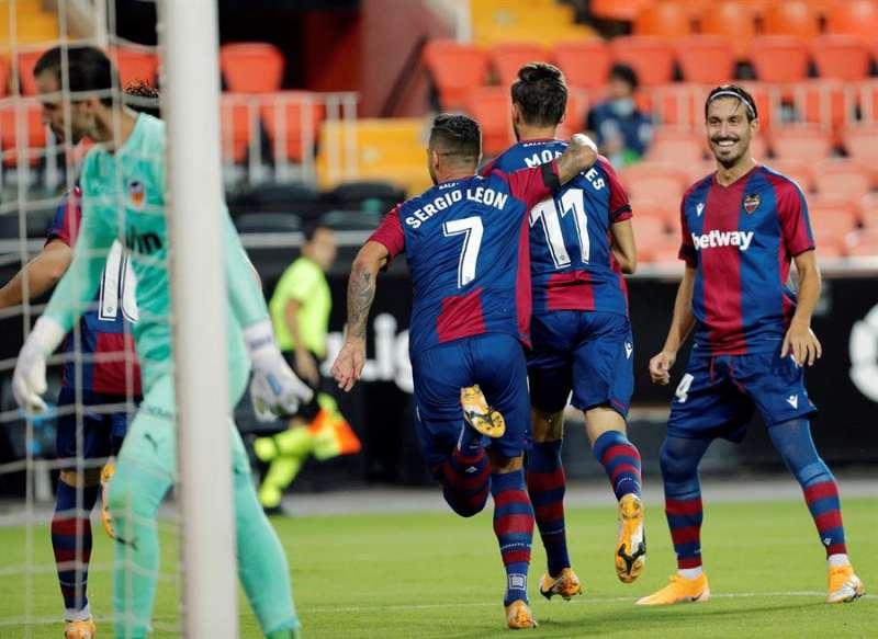 El delantero del Levante UD José Luis Morales, celebra su gol, primero del equipo ante el Valencia CF, en el partido de la primera jornada de Liga en Primera División. EFE/ Archivo