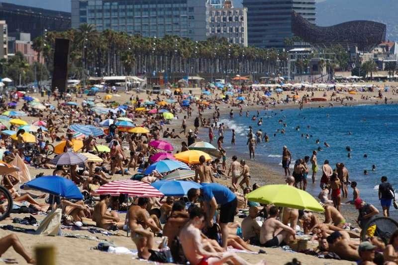 Vista de la playa de San Sebastián este domingo, segundo día de medidas anti Covid-19, con amenaza de un confinamiento si no mejoran los datos de la pandemia. EFE/ Alejandro García