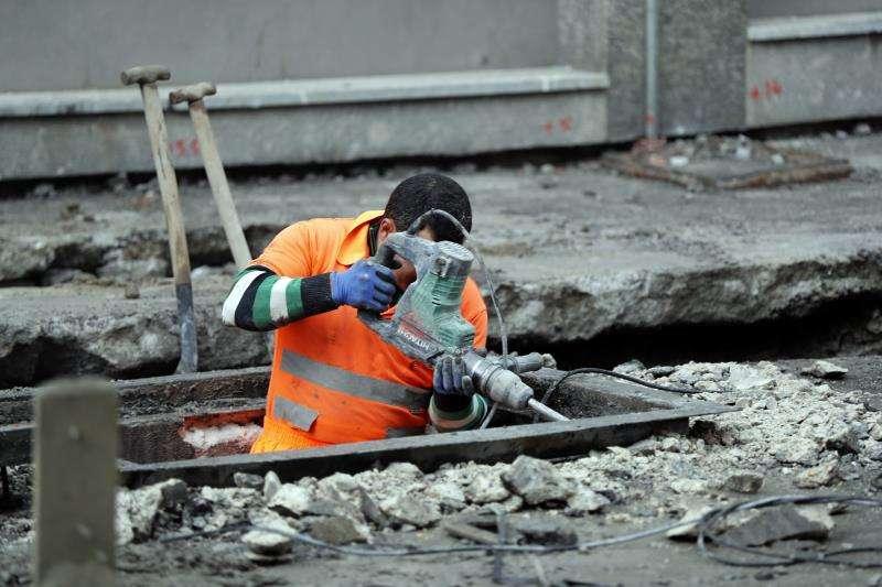 Un operario trabaja en unas obras para la mejora del alcantarillado. EFE