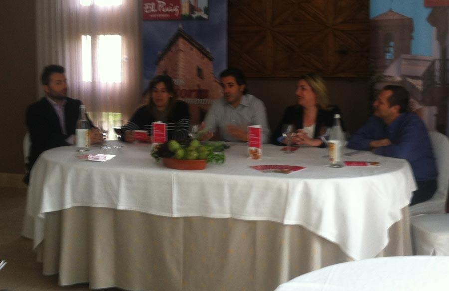 El alcalde y la concejala de Turismo con representantes de tres restaurantes participantes. FOTO EPDA