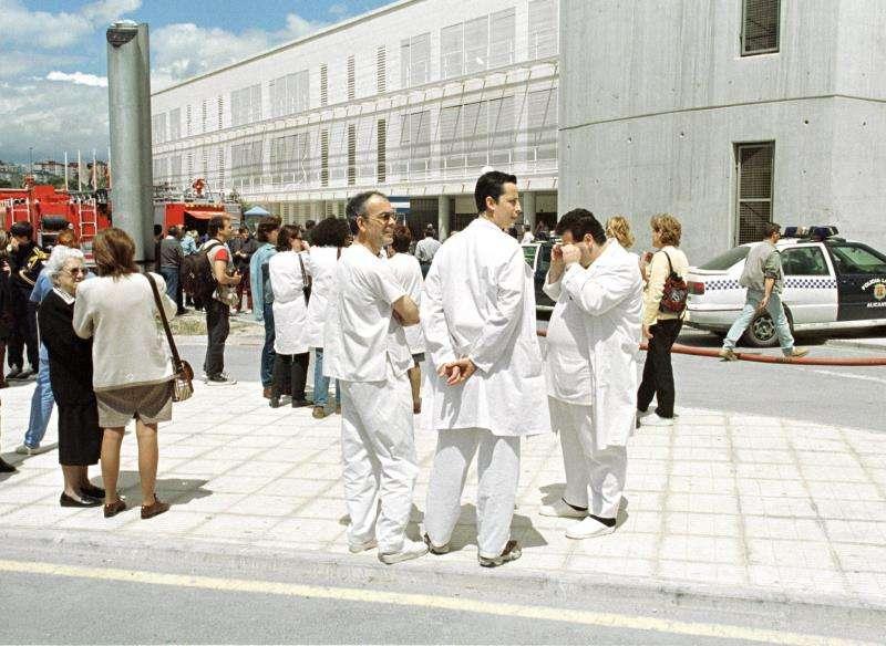 Varias personas a las puertas del Hospital General de Alicante. EFE/Archivo