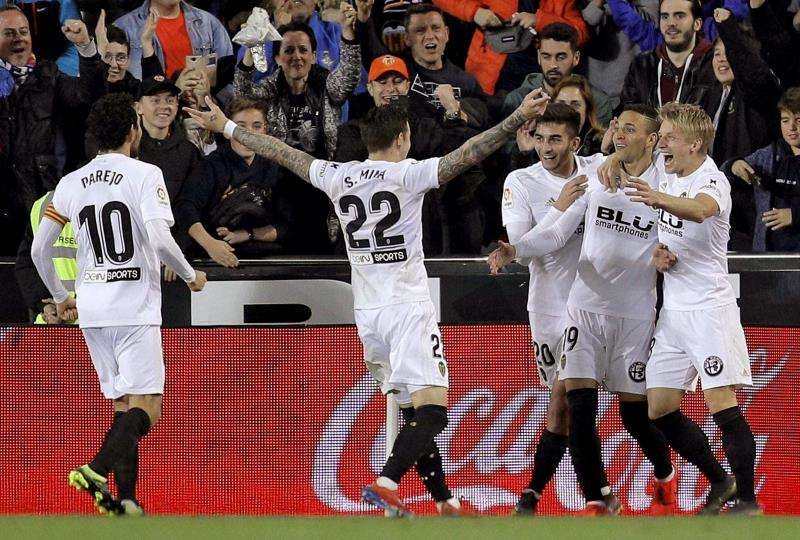Los jugadores celebrando la victoria. EFE