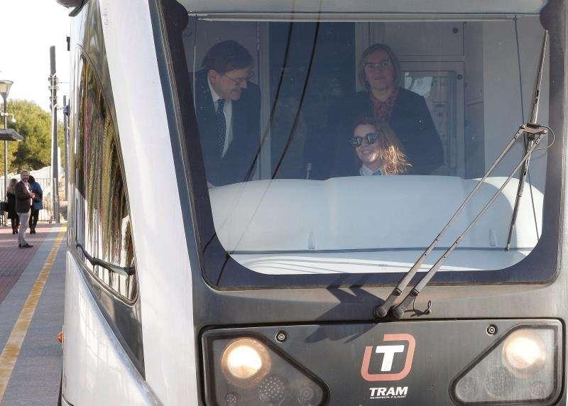 El president de la Generalitat, Ximo Puig, y la consellera, María José Salvador, en una unidad de TRAM de la línea 2 en la inauguración, en diciembre de 2018, del túnel de la Serra Grossa en Alicante. EFE/Archivo