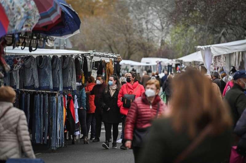Varias personas compran en un mercadillo. EFE/Archivo