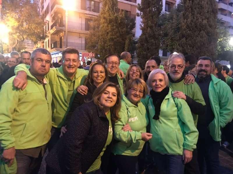 Aguar con representantes institucionales de Contigo, como un concejal de Benidorm y un diputado autonómico. FOTO EPDA