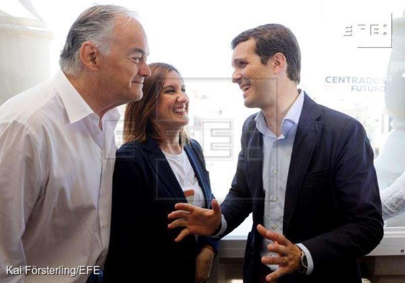 El presidente nacional del PP, Pablo Casado (d), conversa con el candidato al Parlamento Europeo, Esteban González Pons, y la candidata a la Alcaldía de Valencia, María José Catalá, en un acto electoral en València. EFE