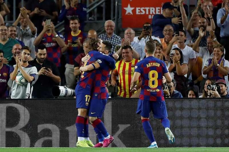 Antoine Griezmann (i) celebra su goldurante el partido ante el Villarreal CF correspondiente a la sexta jornada de LaLiga Santander, en el Camp Nou de Barcelona. EFE/ Alberto Estévez