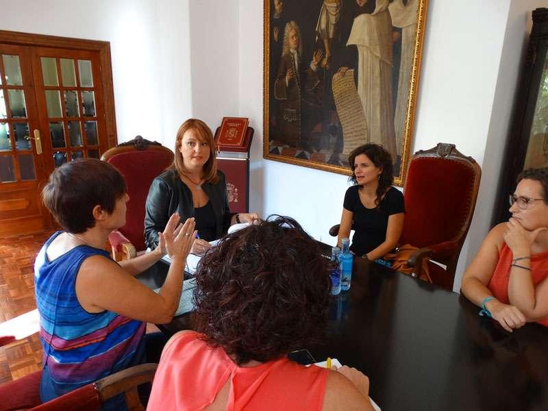 Imatge de la regidora Xelo Angulo amb els responsables de la Federació Valenciana de Persones Sordes