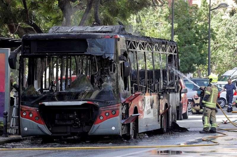 Estado en que quedó el vehículo tras el incendio. EFE