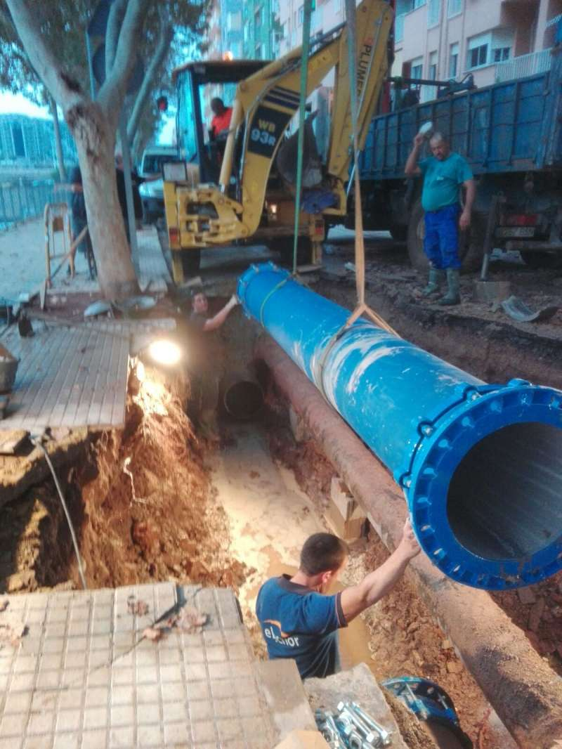 Tubería cambiada en Sagunt para poder recuperar el suministro de agua en el núcleo porteño. FOTO EPDA