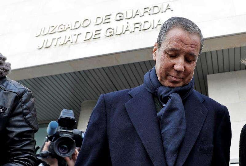 El expresidente de la Generalitat Eduardo Zaplana tras firmar en la oficina de presentaciones del juzgado de guardia de Valéncia. EFE/Archivo