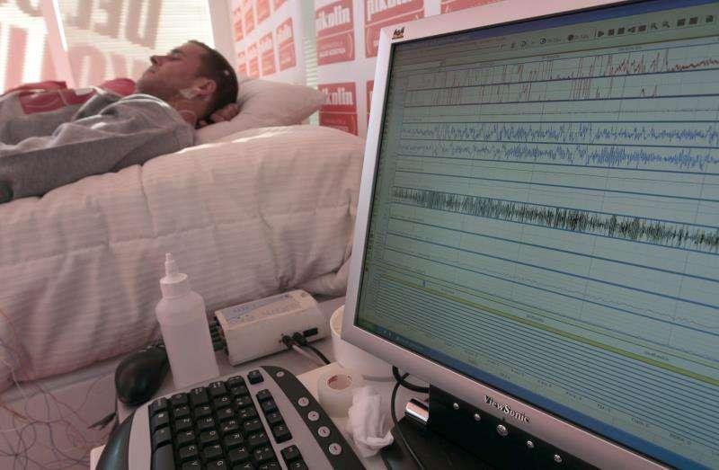 Un paciente durante una investigación sobre el sueño. EFE/Archivo