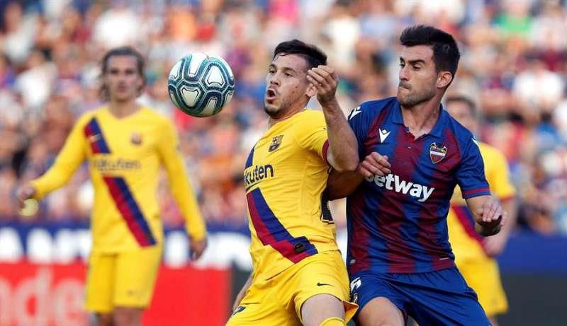 El centrocampista del Levante UD, Nemanja Radoja (d) disputa el balón conun rival. EFE/Archivo