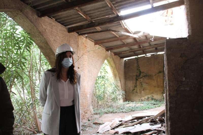 Sandra Gómez en su visita a La Ceramo.