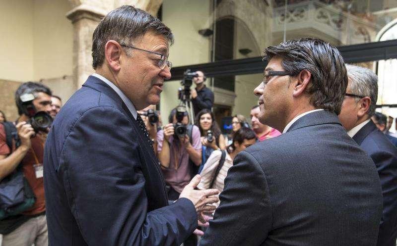 El president de la Generalitat, Ximo Puig (izqda), conversa con el alcalde de Ontinyent, Jorge Rodríguez (PSPV). EFE/Archivo