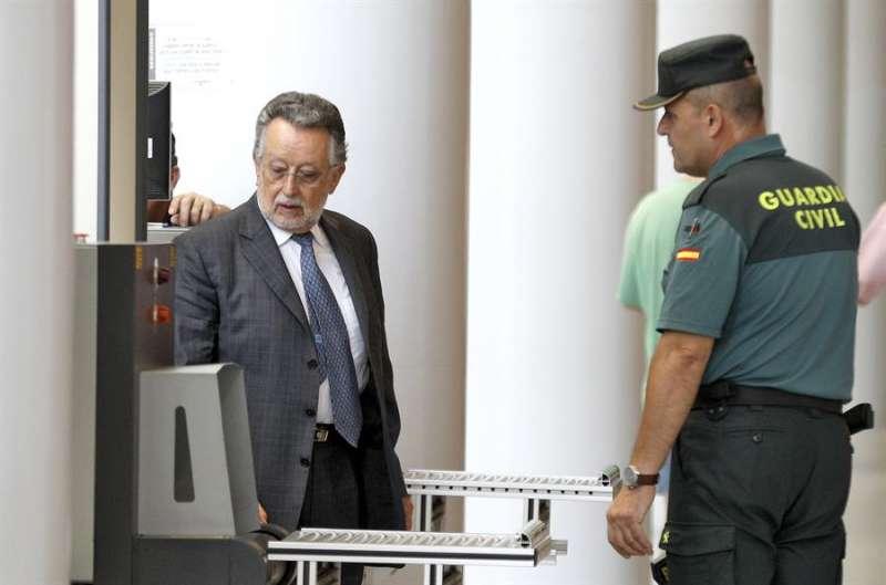 El exvicealcalde de València Alfonso Grau, a su llegada a la Ciudad de la Justicia para declarar como investigado en el caso Imelsa. EFE