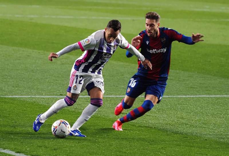 El centrocampista chileno del Valladolid Fabian Orellana (i) pelea un balón con el centrocampista del Levante Rubén Rochina durante el partido de LaLiga Santander que se disputa este viernes en el estadio José Zorrilla.