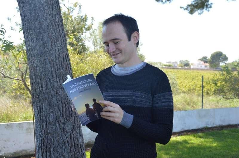 Uiso Crespo junto a su libro
