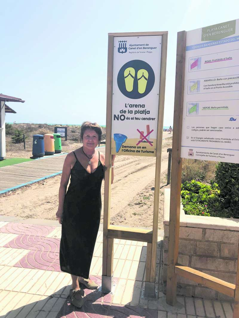 La concejala de Turismo de Canet junto a los paneles.