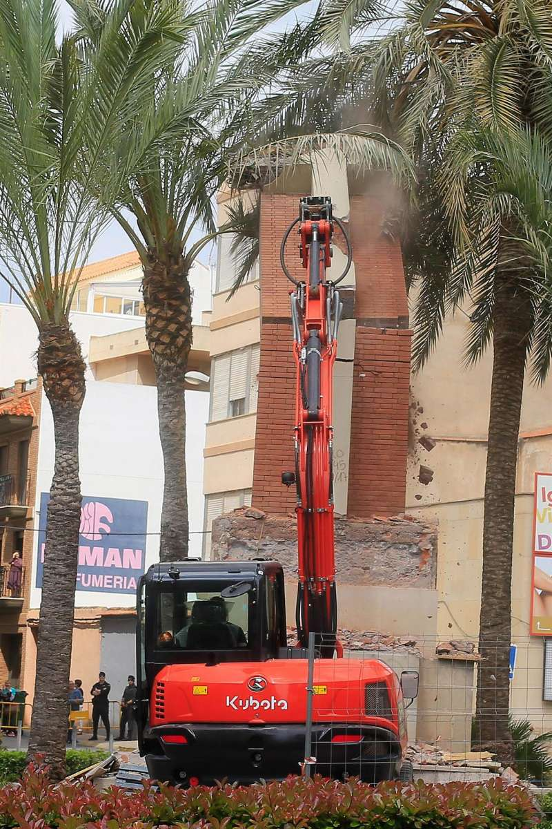 Una excavadora derriba en 2018 la cruz que preside la Plaza de España en La Vall d