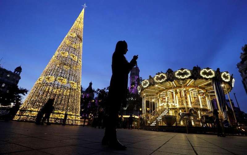 En 2018, la plaza del Ayuntamiento de Valencia con la iluminación de Navidad. EFE/Manuel Bruque/Archivo