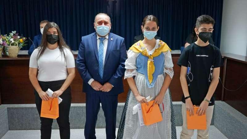 El alcalde, Vicente Pallarés, junto a los jóvenes premiados/EPDA