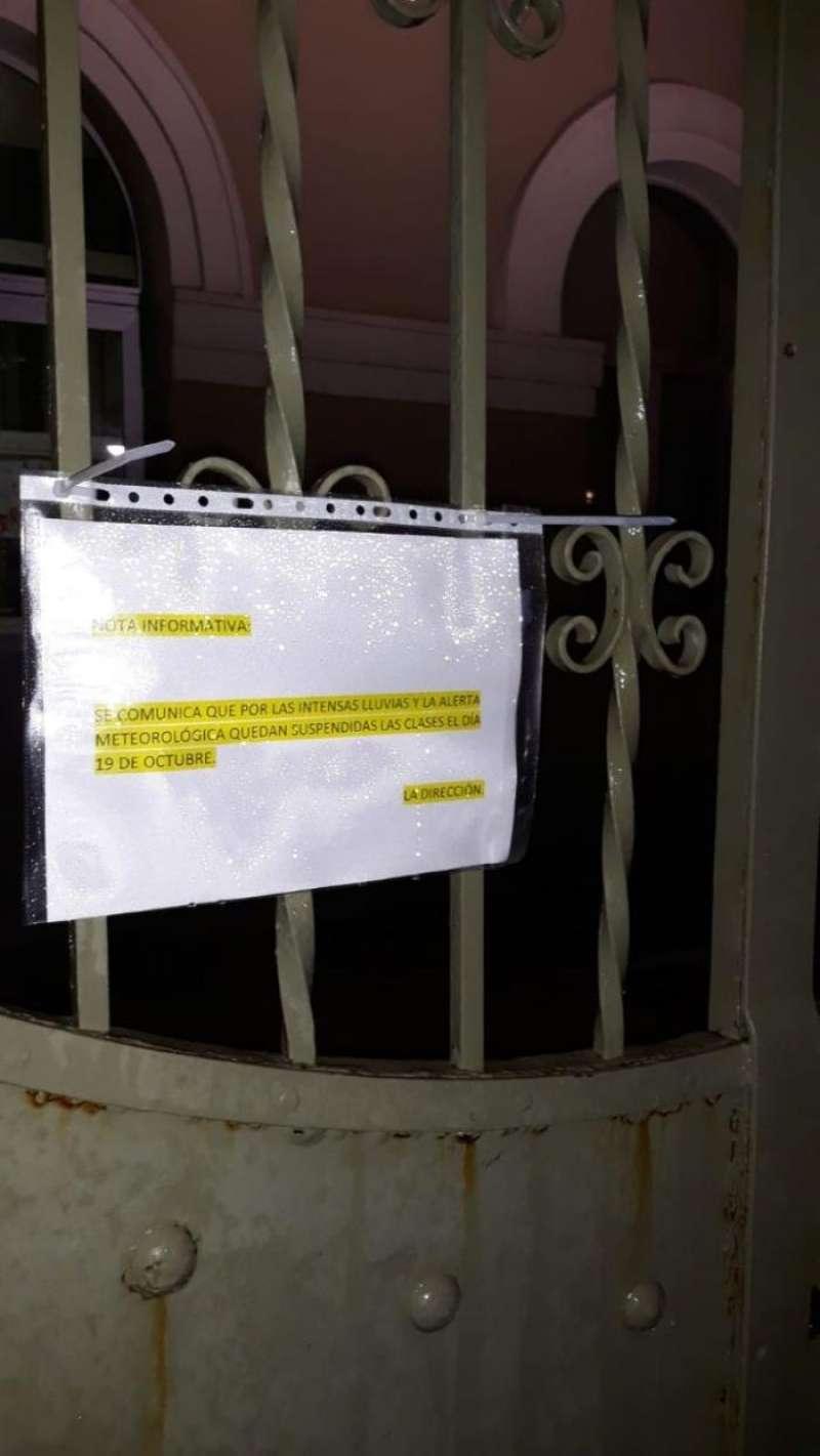 Cartel, anoche, en un colegio público de València en el que se informa del cierre del centro.