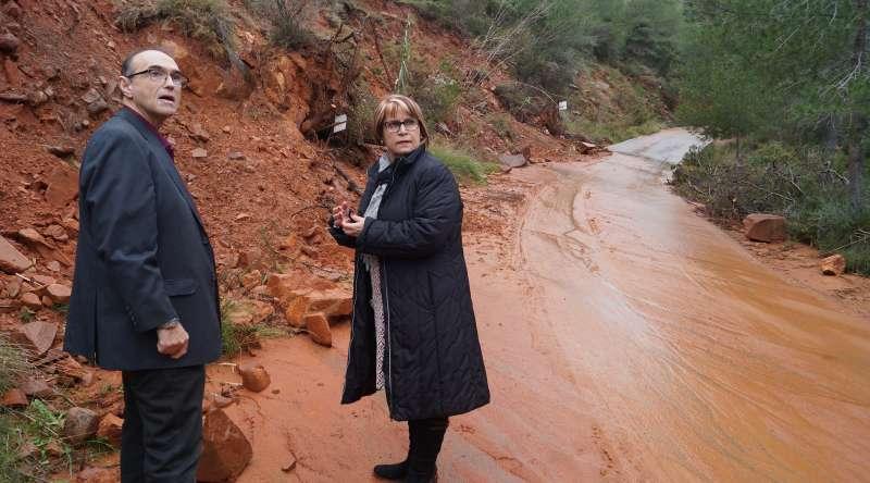 El alcalde de Benifairó de les Valls en la zona dañada. EPDA