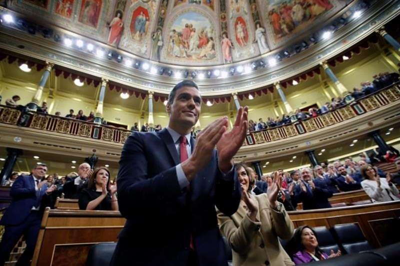 Pedro Sánchez celebra el resultado de la votación en el Congreso