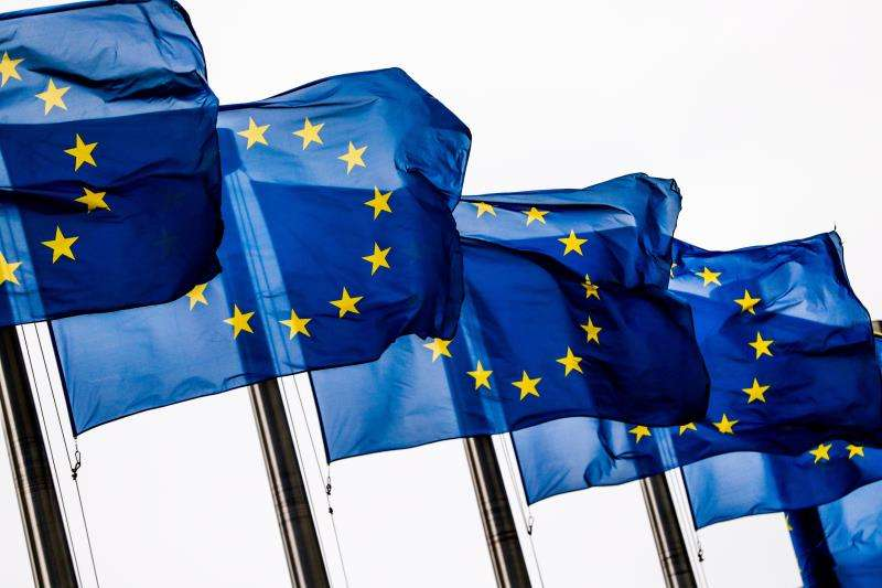 Banderas de la Unión Europea (UE) ondean a las puertas de la Comisión Europea en Bruselas (Bélgica). EFE
