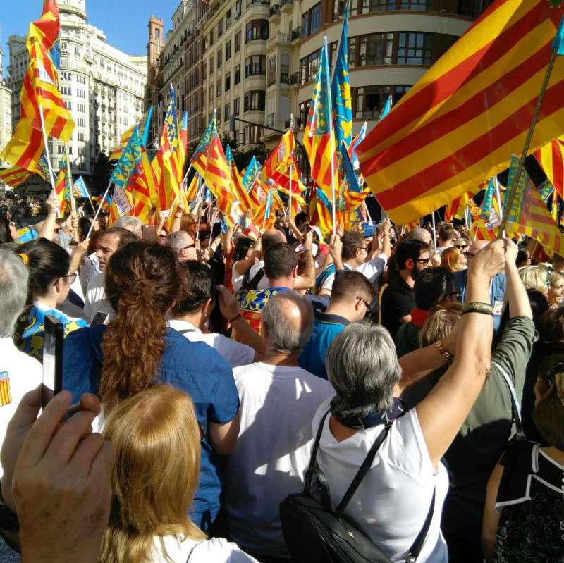 Manifestantes con senyeres. FOTO SOM