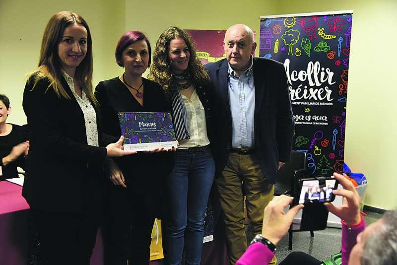 L?alcaldessa Cristina Civera rep el distintiu de municipi acollidor. EPDA