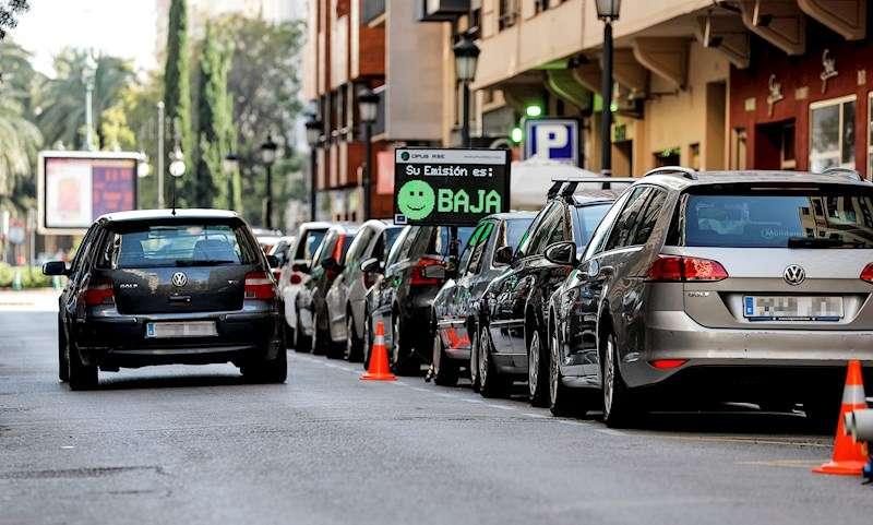 Monitoreo de emisiones en tiempo real en una céntrica calle de Valencia. EFE/Archivo