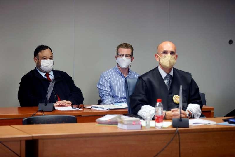El padre de los dos niños asesinados en 2019 en Godella, junto a su abogado, en una sesión del juicio.