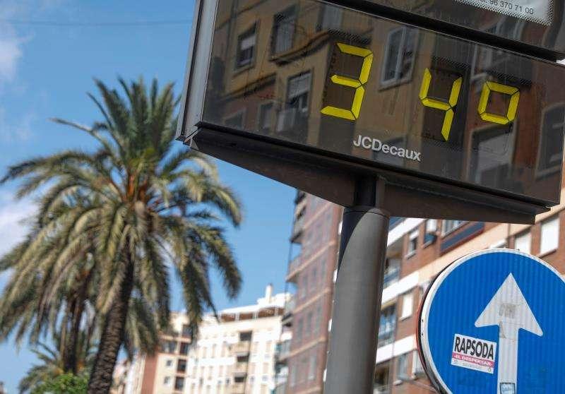 Un termómetro en el centro de la ciudad de València marca 34 grados. EFE/Archivo