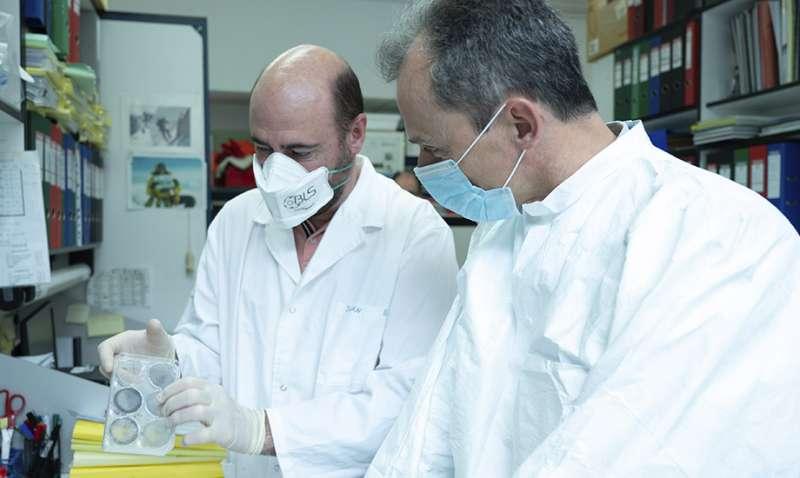 El ministro Pedro Duque junto al investigador del CNB-CSIC Juan García Arriaza.