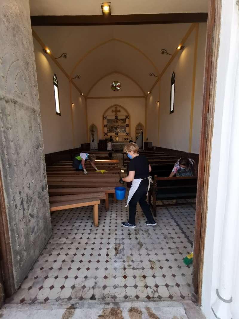 Varias personas desinfectan la ermita. B B.