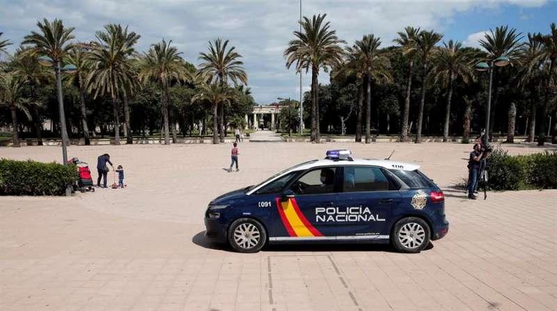 Agentes de la Policía Nacional en el jardín del rio Turia. EFE/Manuel Bruque/Archivo