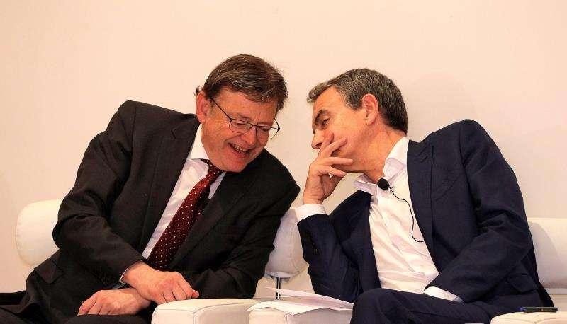 El president de la Generalitat y candidato a la reelección, Ximo Puig (izqda), conversa con el expresidente del Gobierno José Luis Rodríguez Zapatero durante el acto electoral
