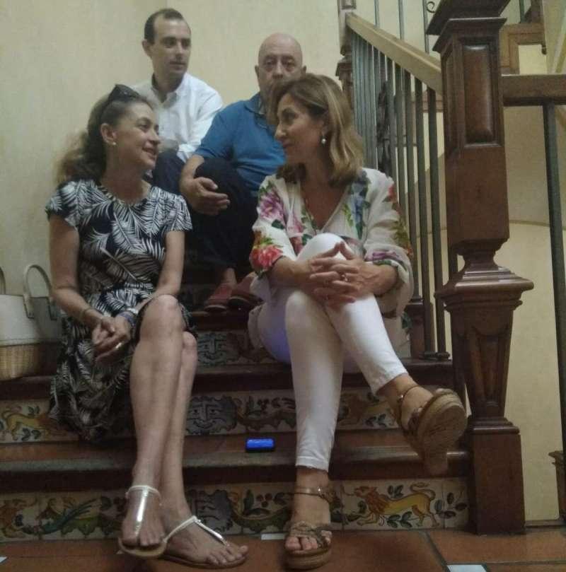 Los ediles y su asesor, en las escaleras. EPDA