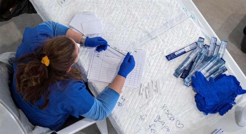 Una sanitaria, en un cribado para detectar casos de Covid-19. EFE