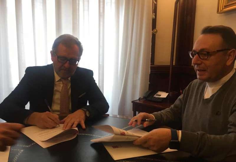 Martí y Gallén en la firma del convenio