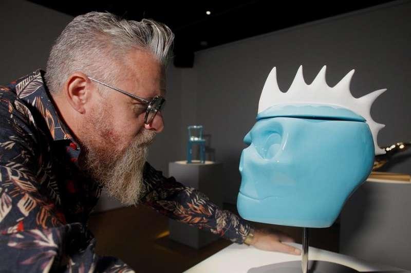 El artista José Piñero con su