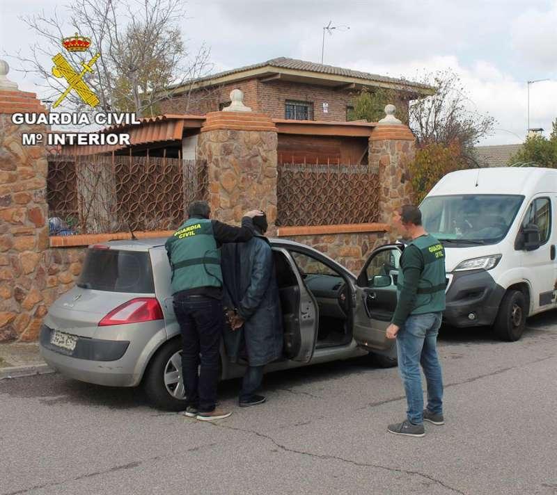 La Guardia Civil de Teruel ha detenido a ocho personas en la Comunidad Valenciana como presuntas autoras de delitos estafa y falsificación, en el marco de una nueva fase de la