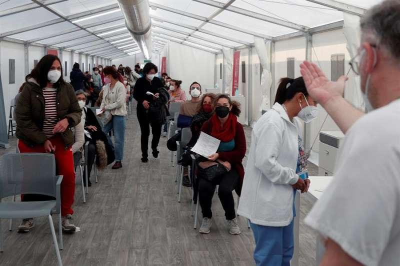Cientos de docentes hacen cola para vacunarse en una imagen de archivo. EFE/ Kai Försterling
