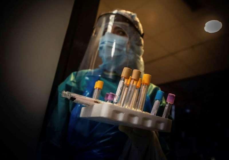 Una auxiliar preparada para hacer Test PCR en un hospital, en una imagen de estos días. EFE