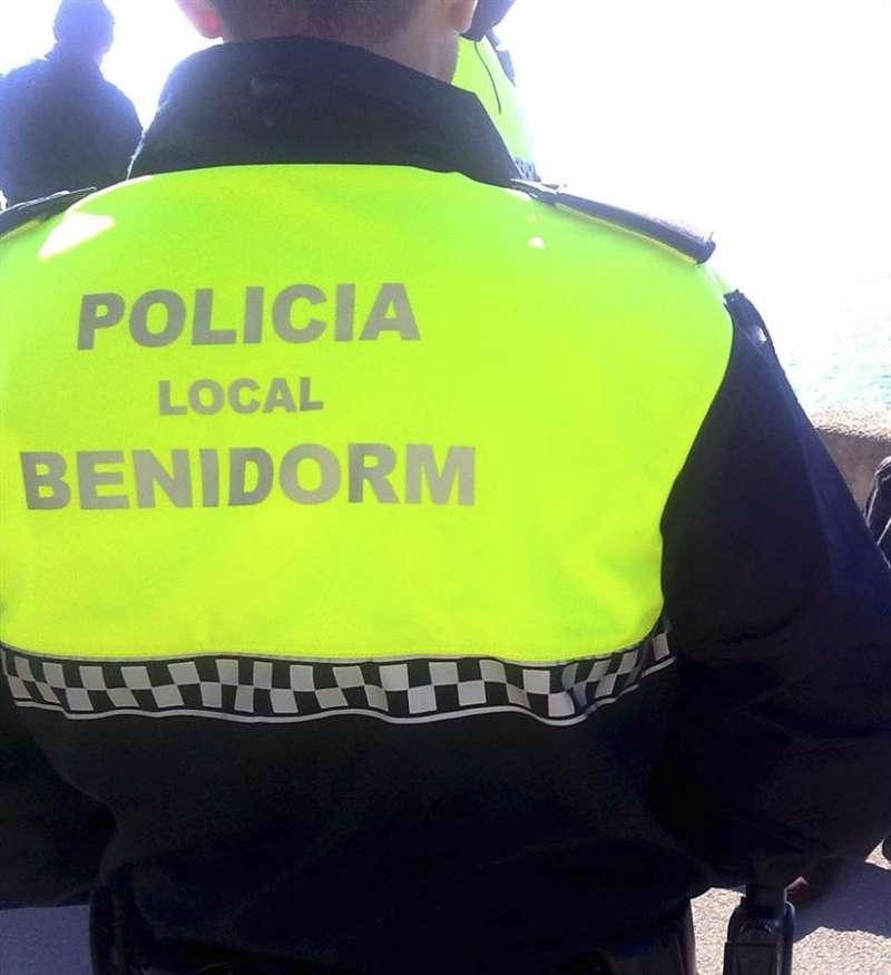Un agente de la Policía Local de Benidorm durante una actuación. EFE/Archivo