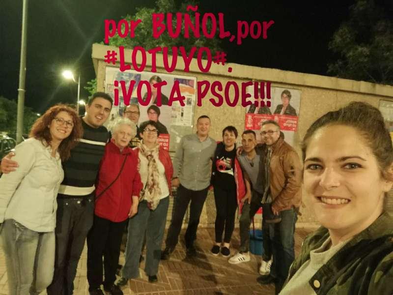 PSOE de Buñol pegando carteles